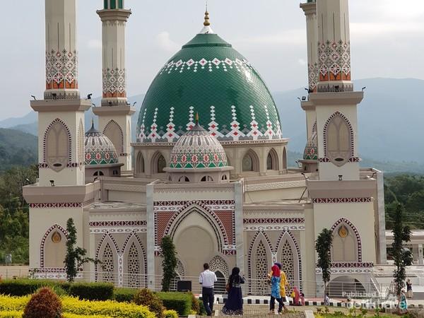 Masjid ini menjadi masjid termegah di Kabupaten Tapanuli Selatan. Pada Jumat (22/1) lalu Masjid Agung Syahrun Nur Tapanuli Selatan (Tapsel) diresmikan operasionalnya.