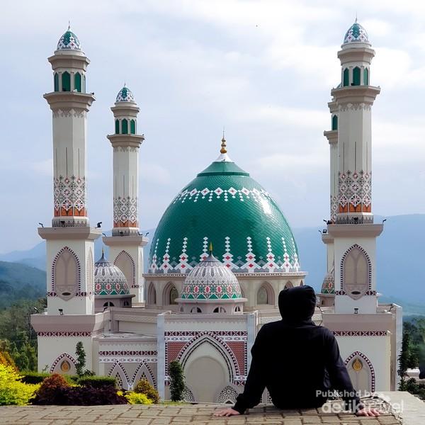 Nuansa Timur Tengah dan budaya Tapanuli Selatan menjadikan mesjid ini sangat indah dan menarik.