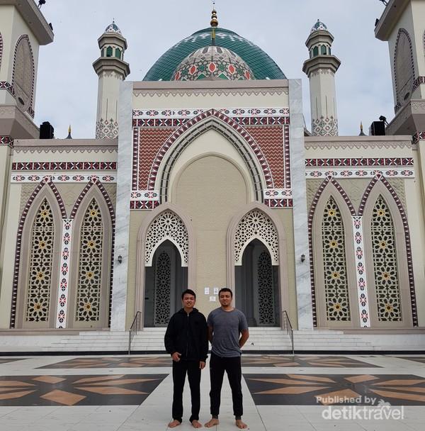 Penampakan Masjid Agung Syahrun Nur Sipirok dari pintu depan masjid.