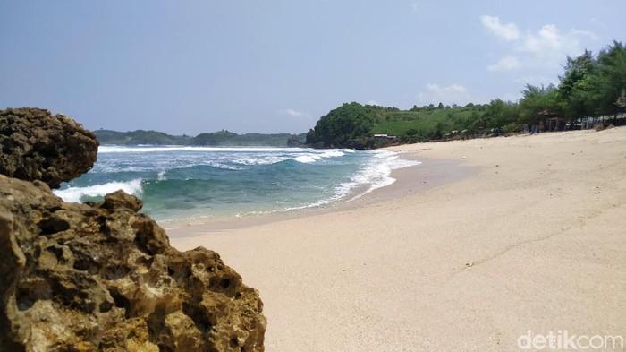 Pasetran Gondo Mayit merupakan nama pantai di pesisir selatan Blitar. Mitos yang berkembang, itu lokasi yang pas jika ingin bertemu penguasa pantai selatan.