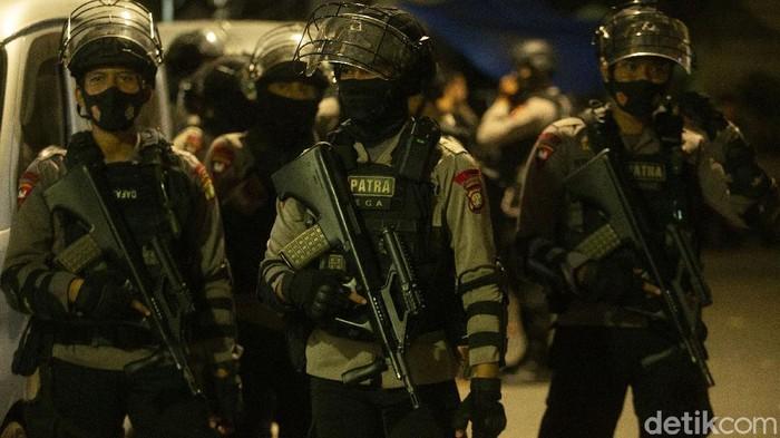 Densus 88 menggeledah eks markas FPI di kawasan Petamburan, Jakarta Pusat, Selasa (27/4) malam. Sejumlah boks kontainer diamankan.