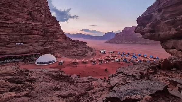 Wadi Rum di Yordania memiliki gurun dan bukit berbatu berwarna merah. Tak heran jika tempat ini sering dibilang mirip Mars. (Memories Aicha Luxury Camp/Instagram)