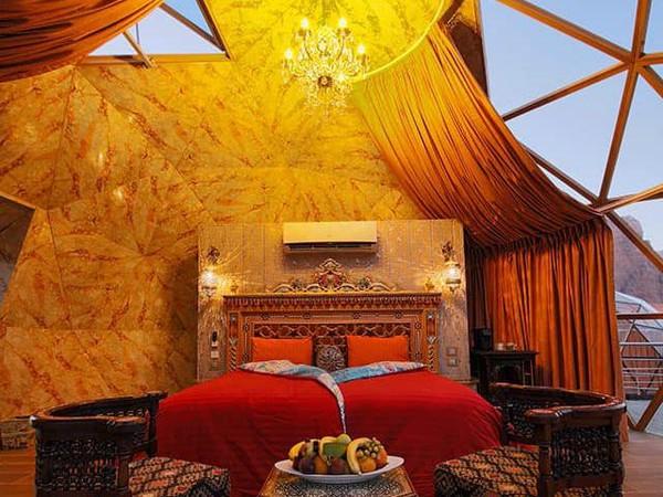Bagian dalam kamar berdesain mewah dengan fasilitas AC, ditambah lampu-lampu cantik yang menggantung. (Memories Aicha Luxury Camp)