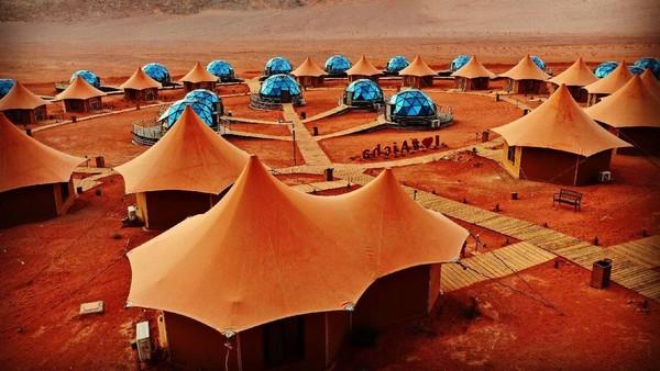 Di atas padang pasirnya yang terhampar luas, berdiri sebuah penginapan mewah bernama Memories Aicha Luxury Camp. (Memories Aicha Luxury Camp/Instagram)