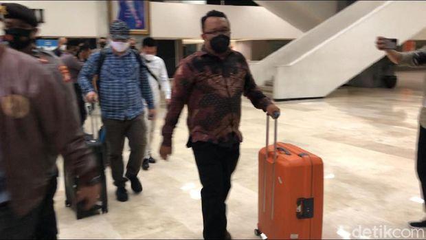 Penyidik KPK bawa 5 koper setelah geledah ruangan Azis Syamsuddin di DPR.