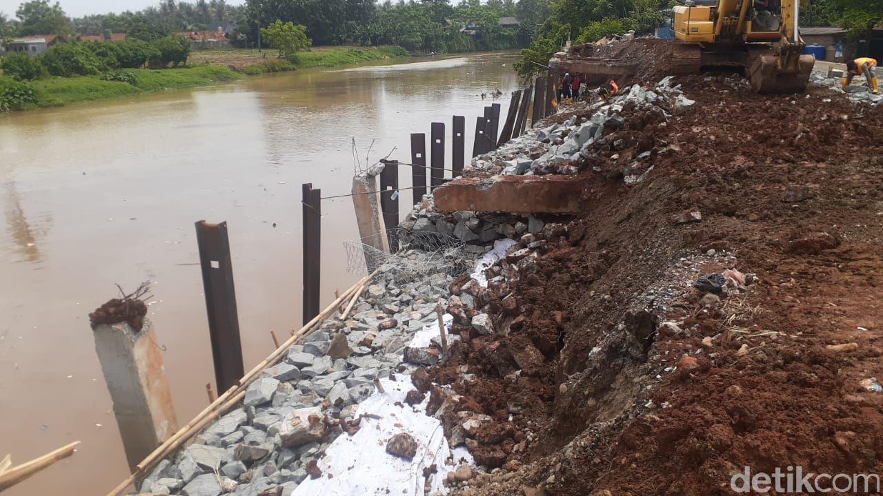 Perbaikan longsor Jl Tanjung Burung, Teluknaga, Kabupaten Tangerang, 28 April 2021. (Afzal Nur Iman/detikcom)