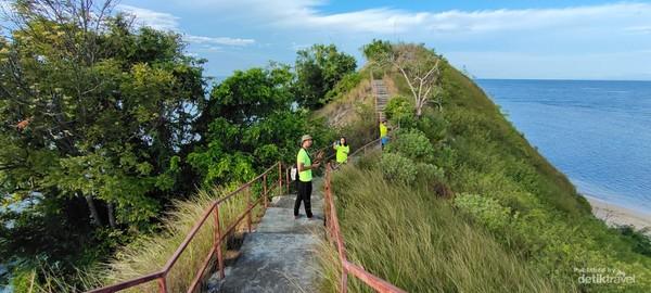 Trekking menuju puncak pulau punten