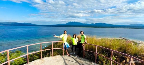 View dari puncak Pulau Punten, dikejauhan terlihat gagah gunung soputan dan Manimporok