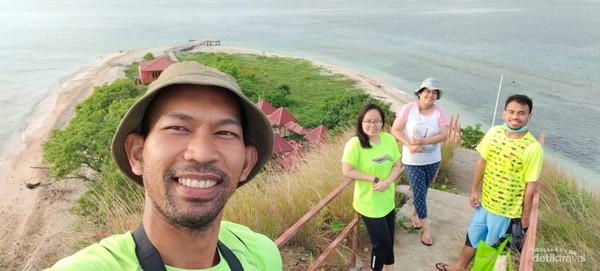 Foto bersama dari puncak pulau, dr.Osho, Mami Angely dan Fadly.