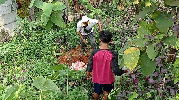 Polisi bongkar kuburan hewan diduga babi ngepet di Depok