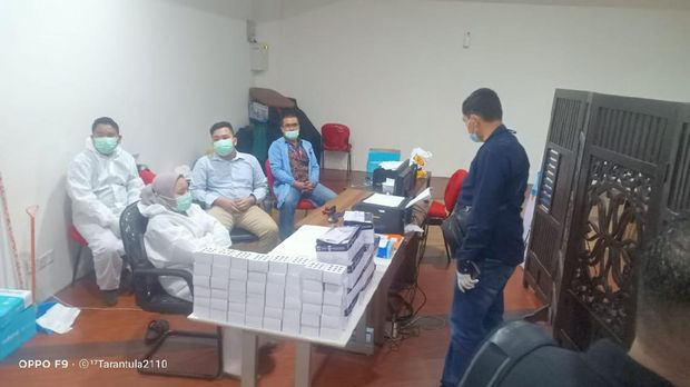 Polisi menggerebek lokasi  Layanan Tes Antigen Bekas di Bandara Kualanamu Sumut.