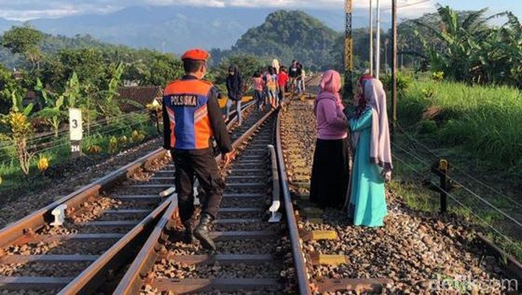 Remaja Banyuwangi Hampir Tertabrak Kereta Saat Asyik Ngabuburit di Rel