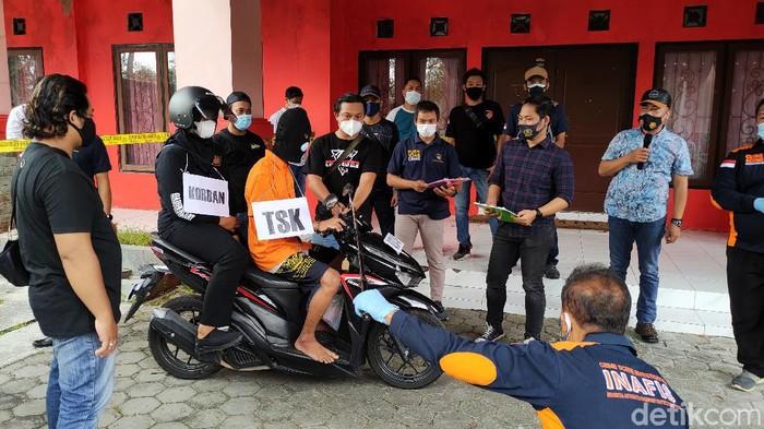 Rekonstruksi lanjutan pembunuhan berantai dua wanita di Kulon Progo, Rabu (28/4/2021).