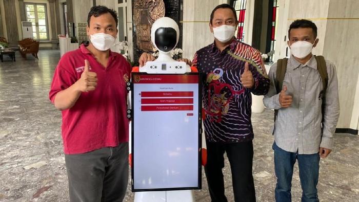 Robot penyambut tamu di Balai Kota Semarang.