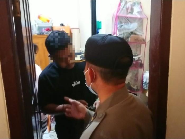 Satpol PP Tulungagung menggelar razia tempat kos. Seorang penghuni kos mengaku tidak tahu kapan pasangannya masuk ke dalam kamar.