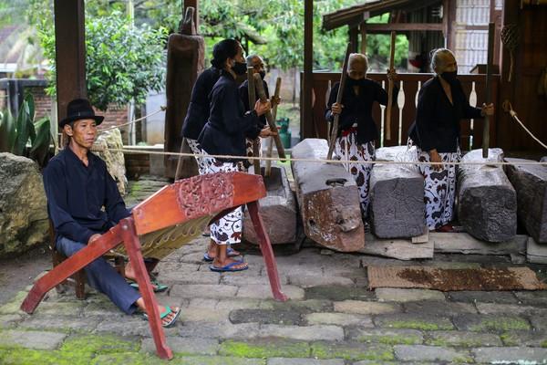 Misni (96), Subuh (95), Suwari (80), Misnah (72), dan Mahani (68) adalah anggota dari musik Othek di Sanggar Genjah Arum.(Grandy/detikFOTO)