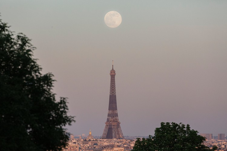 PARIS, FRANCE - APRIL 26: A supermoon rises over the Arc de Triomphe, on April 26, 2021 in Paris, France. (Photo by Sam Tarling/Getty Images)