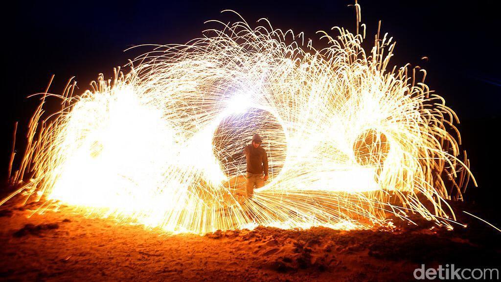 Ngabuburit Lihat Tarian Api di Pantai Gaza