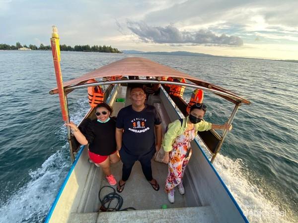 Tim pencari senja Pulau Bokori.
