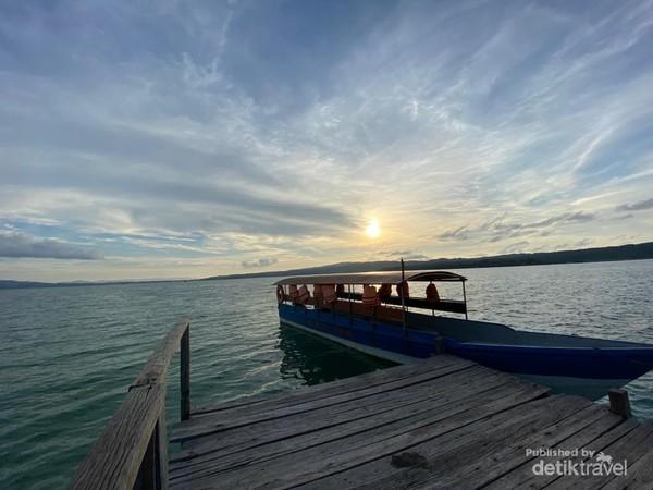 Terhipnotis senja di Pulau Bokori.