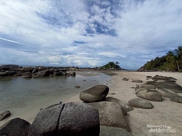 Hamparan batu granit dan pasir putih di Pulau Punai