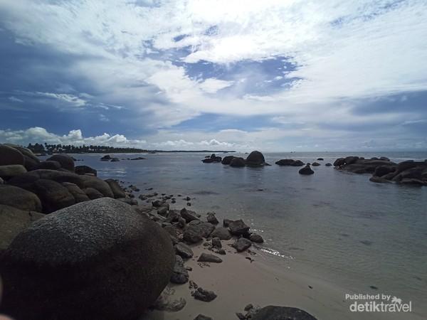 Batuan granit yang mempercantik laut biru