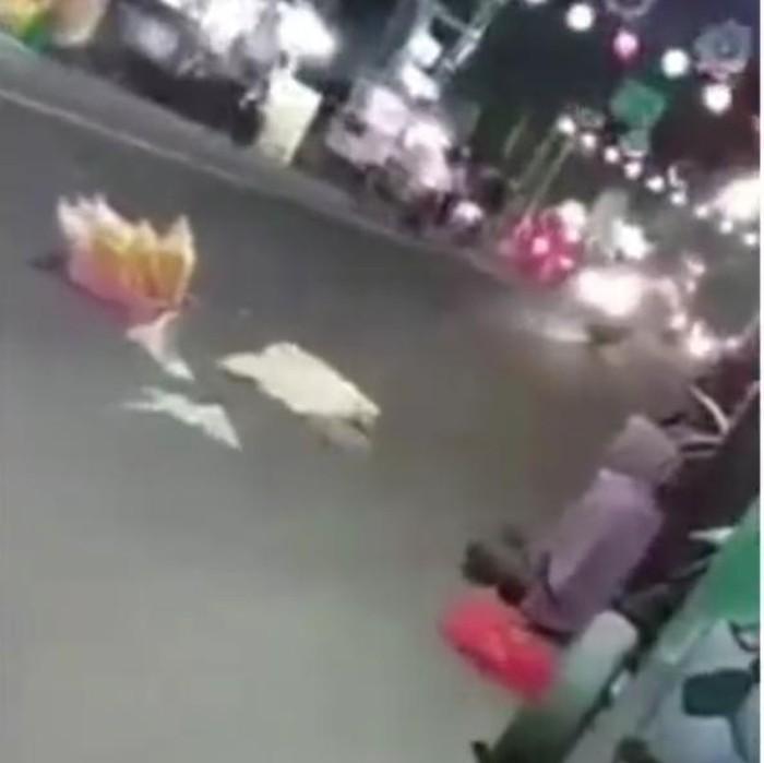 Video penjual kerupuk di Jombang yang putus asa hingga menaruh dagangan di tengah jalan, viral di medsos. Pedagang perempuan itu juga meneriaki para pengguna jalan, agar membeli kerupuk tersebut.