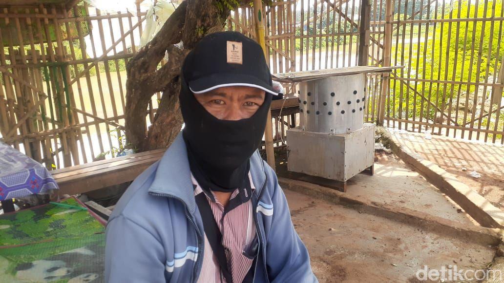 Warga sekitar lokasi longsor Jl Tanjung Burung, Teluknaga, Kabupaten Tangerang. (Afzal Nur Iman/detikcom)