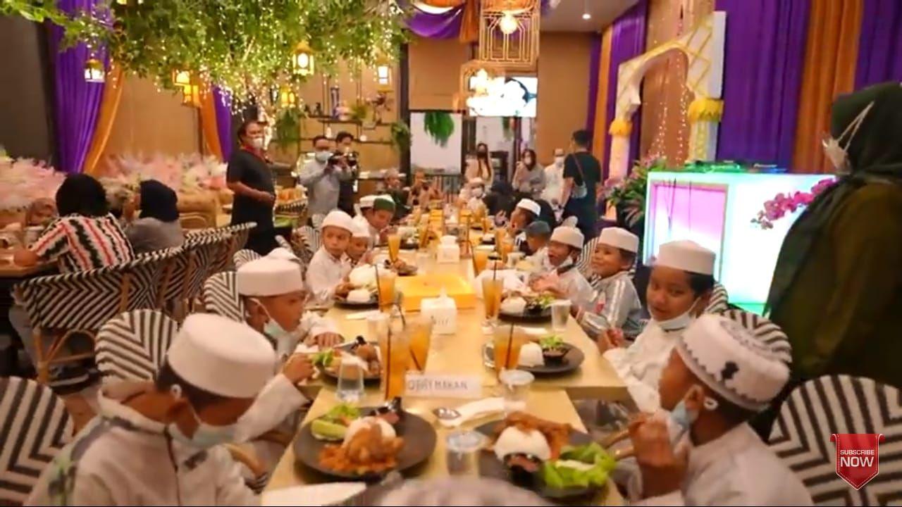 Mulia! YouTuber Ini Penuhi Keinginan Santri untuk Makan di Restoran