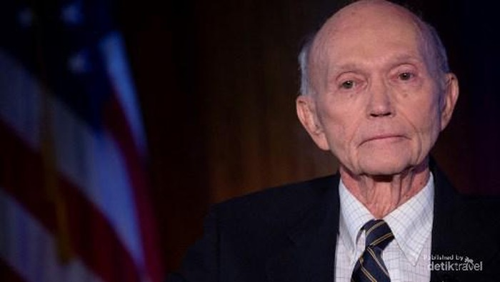 (FILES) In this file photo US Apollo 11 astronaut Michael Collins is seen at the National Press Club in Washington, DC, to discuss the impact of his historic mission to the moon on April 15, 2019. - American astronaut Michael Collins, who flew the Apollo 11 command module while his crewmates became the first people to land on the Moon in 1969, died on April 28, 2021 after battling cancer, his family said.