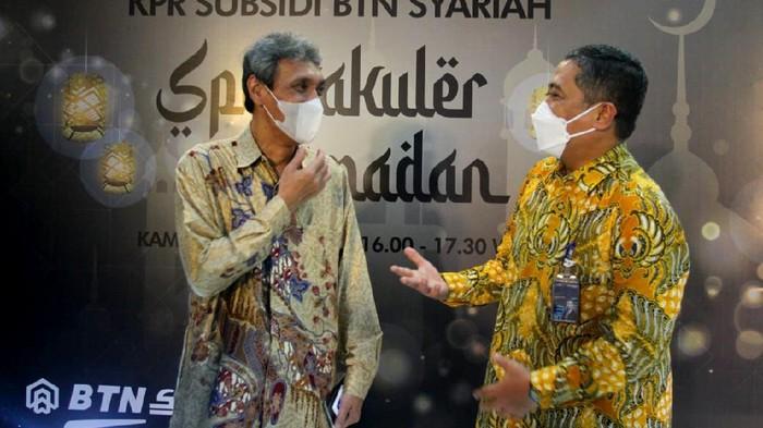 Direktur Consumer and Commercial Lending PT Bank Tabungan Negara (Persero) Tbk. Hirwandi Gafar (kanan) bersama Direktur Utama Pusat Pengelolaan Dana Pembiayaan Perumahan (PPDPP) Arief Sabaruddin (kiri) memegang Buku Saku FLPP pada Realisasi 3.200 KPR BTN Syariah Spektakuler Ramadhan di Jakarta, Kamis (29/4). BTN Syariah meluncurkan KPR Spesial Ramadhan dengan berbagai kemudahan bagi masyarakat Indonesia untuk memiliki rumah. Sepanjang 4 bulan pertama di 2021, UUS BTN pun telah mencatatkan realisasi KPR Syariah mencapai hampir 9.900 unit rumah. Permintaan yang masih tinggi tersebut juga seiring dengan kebutuhan akan rumah yang kian mendesak di masa pandemi.