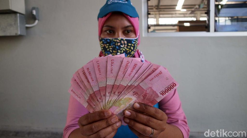 Bersyukur, Ribuan Buruh Pabrik Rokok Terima THR Lebih Awal