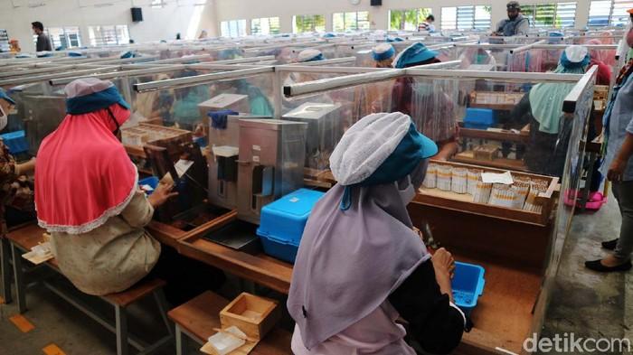 Ribuan buruh rokok di Kudus, Jawa Tengah, mulai mendapatkan tunjangan hari raya (THR) lebih awal. THR itu akan digunakan untuk memenuhi kebutuhan saat Lebaran nanti.