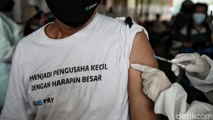 Ratusan pengemudi ojek online jalani vaksinasi COVID-19 drive thru di Kemayoran, Jakarta. Selain Kemayoran, vaksinasi COVID-19 itu juga digelar di Cengkareng.