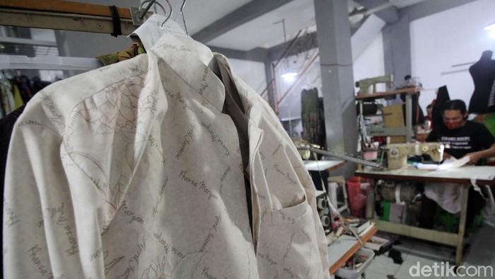 Jelang Lebaran ini, permintaan baju muslim dan muslimah meningkat hingga 50 persen. Seperti yang dialami konveksi Batik Dewi Sambi, Cipadu, Kota Tangerang.