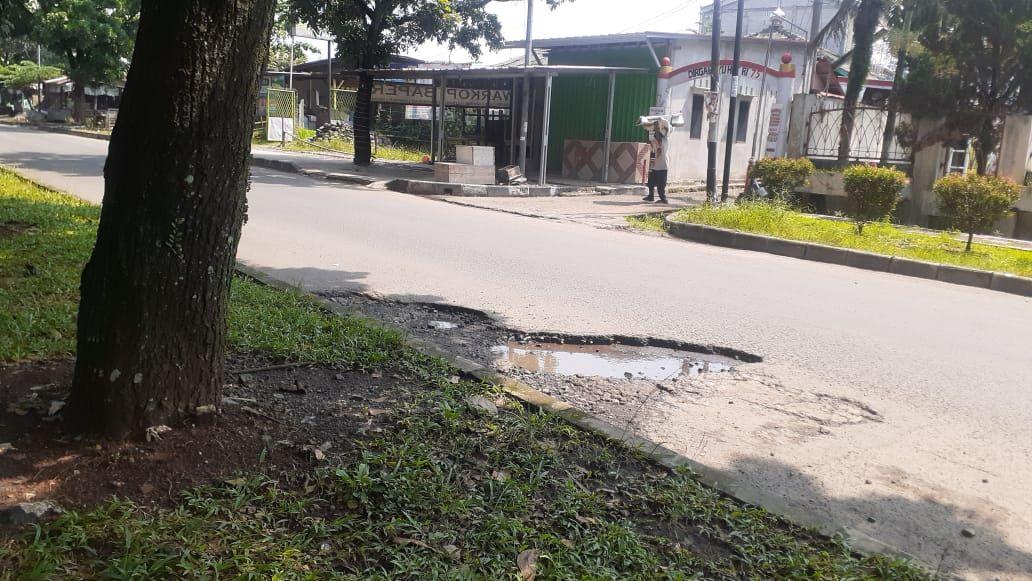 Jl Tegar Beriman, Cibinong, Kabupaten Bogor berlubang, padahal jalan tersebut dekat dengan Kantor Pemkab Bogor.