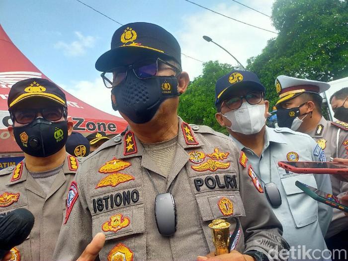 Kakorlantas Irjen Istiono mengecek kesiapsiagaan Operasi Ketupat 2021 di Jatim terkait larangan mudik. Pos-pos di Jatim siap menerapkan larangan mudik.