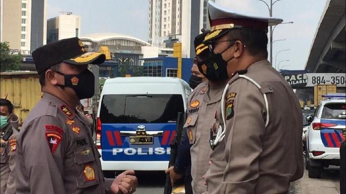 Kapolda Metro Jaya Irjen Fadil Imran mengecek pos penyekatan jalur mudik di GT Cikarang Barat, Rabu (29/4/2021).