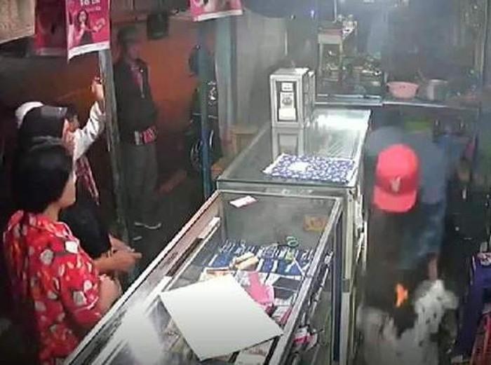 Video pria menggebuki wanita penjaga konter HP di Malang tengah viral. Kini polisi tengah menyelidiki kasus kekerasan tersebut.