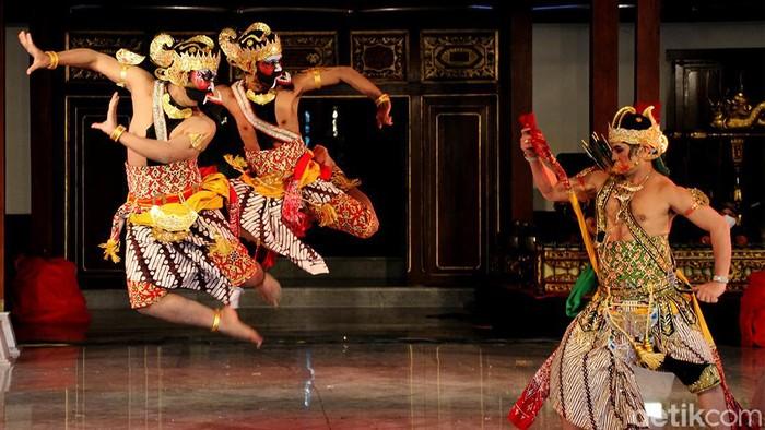 Sejumlah penari di Kota Solo ikut meriahkan peringatan Hari Tari Sedunia. Gunacegah penyebaran Corona, acara tersebut digelar dengan terapkan protokol kesehatan