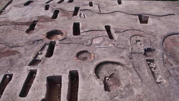 Ada juga 37 makam kuno berbentuk persegi panjang dari zaman kuno yang dikenal sebagai Periode Menengah Kedua (1782-1570 SM), ketika orang Semit dari Hyksos memerintah Mesir kuno. (Egyptian Tourism and Antiquities Ministry via AP)