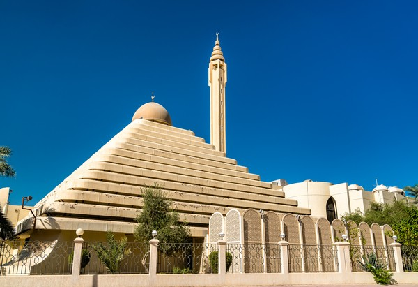 Ruang utama masjid dua lantai ini beruluran 30 x 26 meter. Lantai satu khusus jamaah pria, sementara lantai dua khusus jamaah wanita. Terdapat pula perpustakaan dan pusat riset islam di dalam bangunan masjid piramida ini.