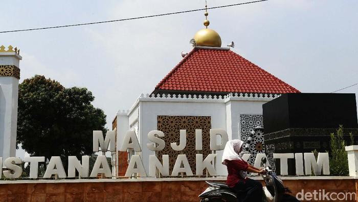 Masjid Istana Anak yatim berada di perkampungan Cikeas Udik, Gunung Putri, Kabupaten Bogor. Masjid tersebut terlihat megah.