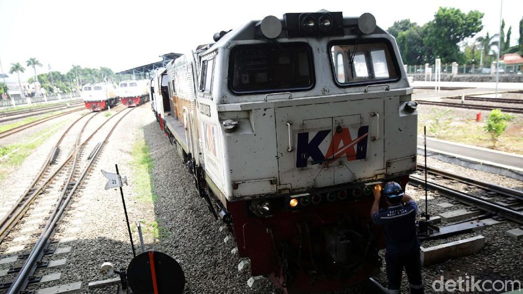 Melihat Perawatan Lokomotif di Depo Cipinang