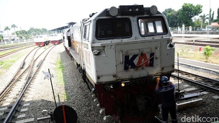 Depo Cipinang, Jakarta Timur, menjadi tempat untuk perawatan lokomotif beragam kereta. Setiap harinya, depo ini melakukan perawatan sebanyak 42 lokomotif.