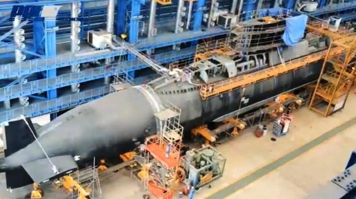 KRI Alugoro-405 merupakan produksi PT PAL Indonesia (Persero). Kapal selam itu merupakan satu dari empat kapal selam yang kini tersisa di Indonesia.