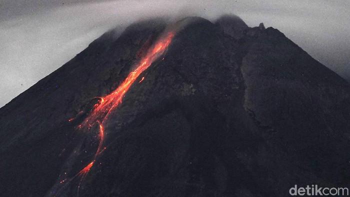 Gunung Merapi mengeluarkan lava pijar terlihat dari Tunggularum, Sleman, Yogyakarta, Kamis (29/4/2021). Berdasarkan pengamatan BPPTKG, pada pukul 18.00 tanggal 28 April 2021 hingga pukul 06.00 tanggal 29 April 2021 Gunung Merapi mengeluarkan lava pijar sebanyak 13 kali, dengan jarak luncur maksimal 1.400 meter ke arah barat daya.
