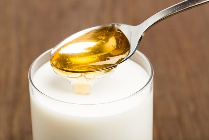 minum susu campur madu saat sahur baik bagi kesehatan.