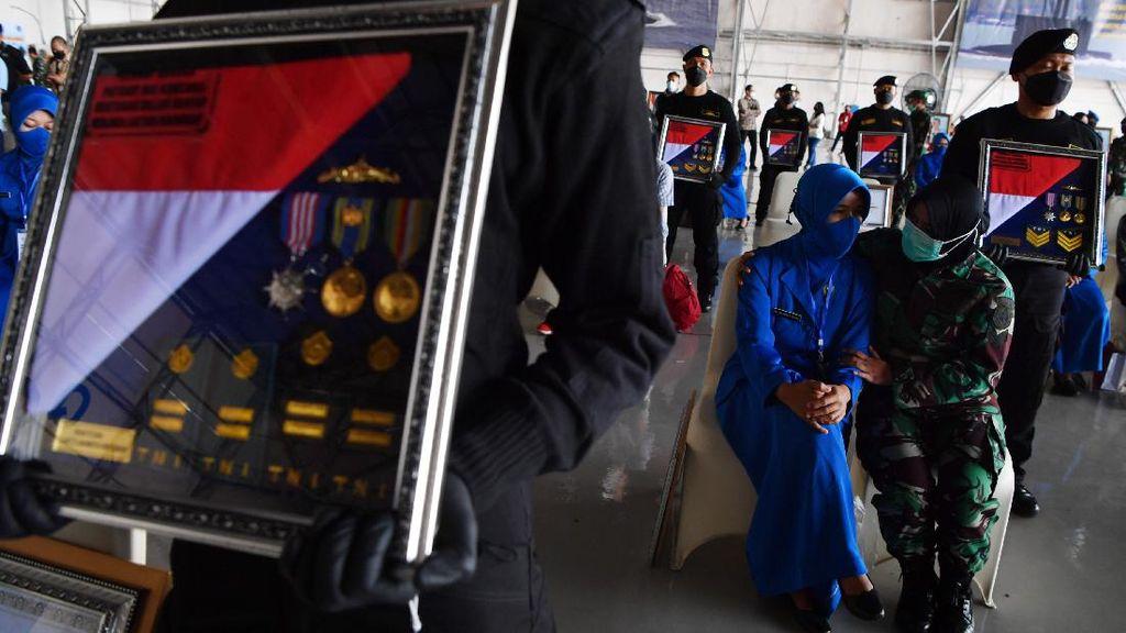 Momen Penganugerahan Tanda Kehormatan untuk Awak KRI Nanggala-402