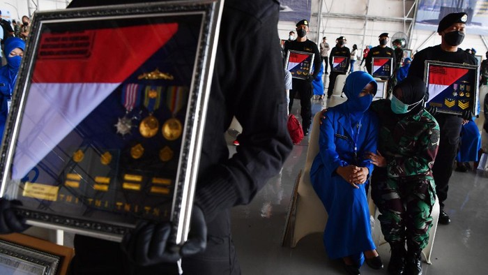 Sebanyak 53 awak KRI Nanggala-402 dianugerahkan Tanda Kehormatan Republik Indonesia. Penganugerahan itu digelar di Pusat Penerbangan TNI Angkatan Laut, Sidoarjo